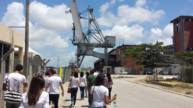 Estudantes de Arquitetura e Urbanismo estudam os sistemas estruturais em indústria