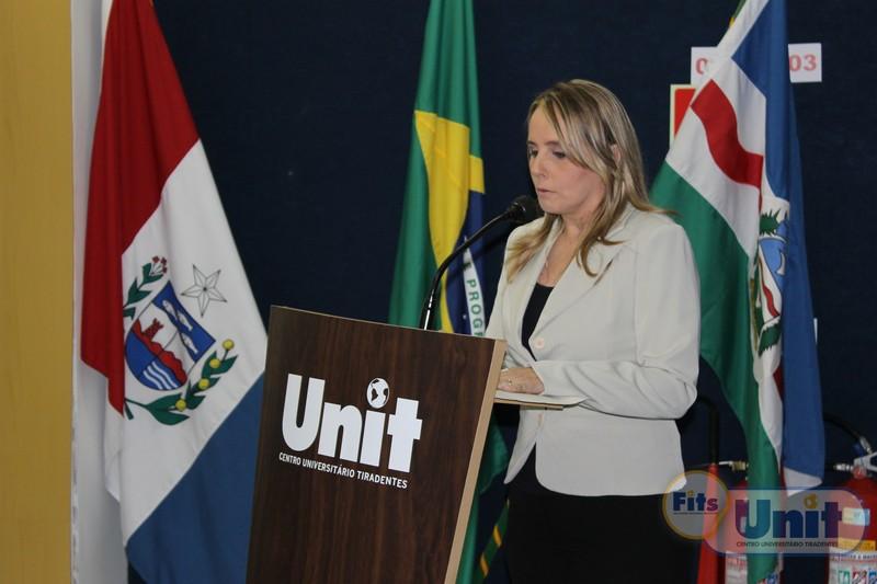 Coordenadora Ana Luiza Exel em discurso