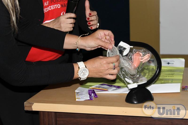 Catarina Rapini ensinou técnicas para a utilização do preservativo feminino e masculino