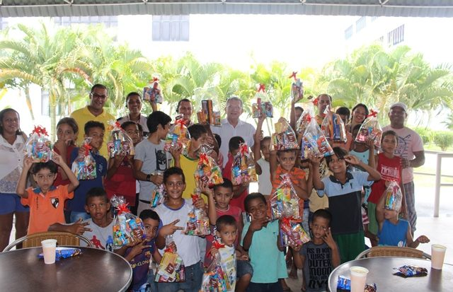 Crianças assistidas pelo Projeto Amanhã recebem ação do Natal Solidário da Unit