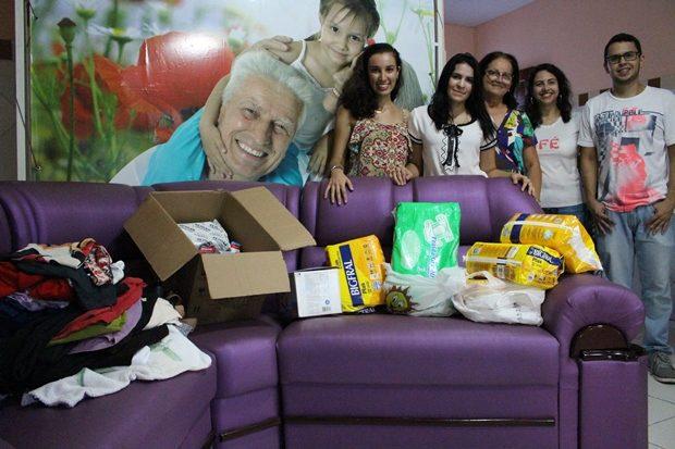 Alunos ajudaram com doações e tarde de lazer para as idosas