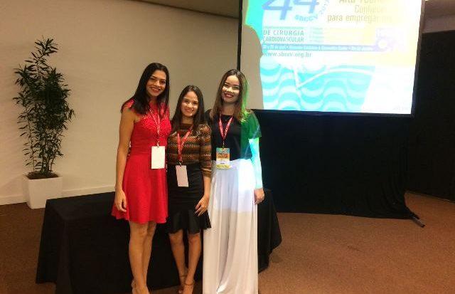 As estudantes no 44º Congresso da Sociedade Brasileira de Cirurgia Cardiovascular