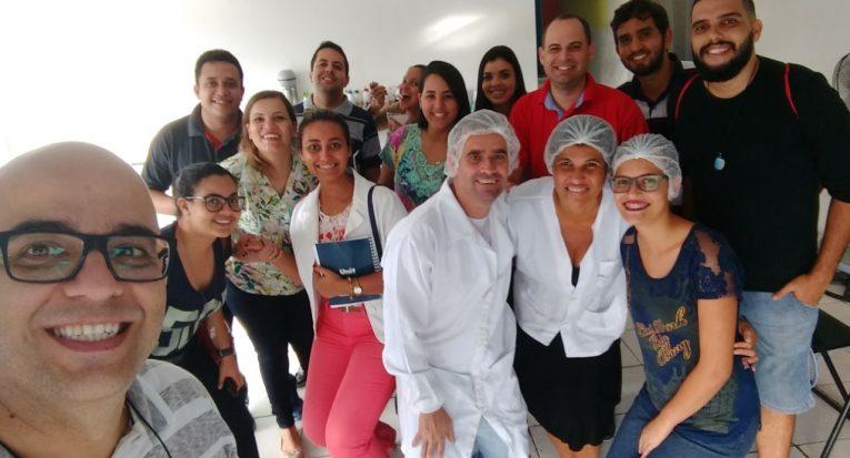 Estudantes do curso de pós-graduação em MBA em Gestão de Negócios e Inteligência Competitiva auxiliam sorveteria
