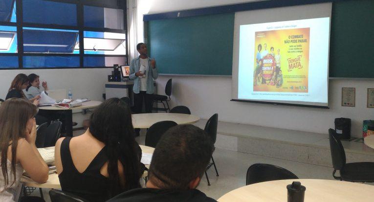 O aluno Anderson Inácio palestrando no evento do Intercom