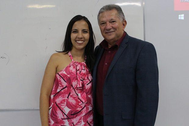 A aluna Deyse Ribas e o professor Dario Arcanjo de Santana