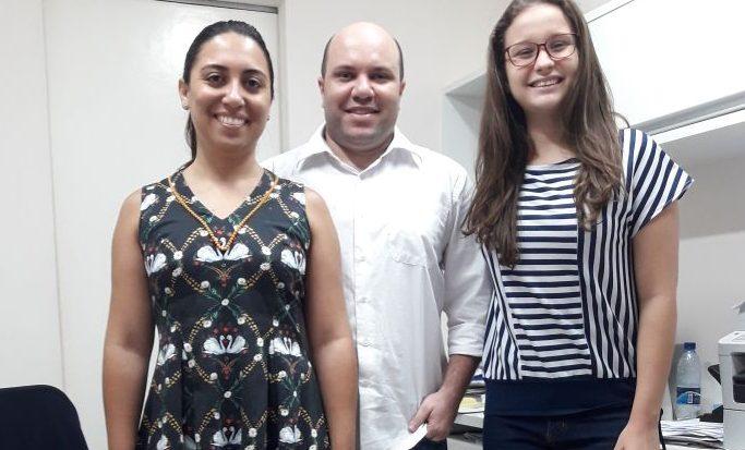 A aluna Roberta Farias (dir.) com seus supervisores Renne Lima e Wanessa Lopes na 2RW Contabilidade