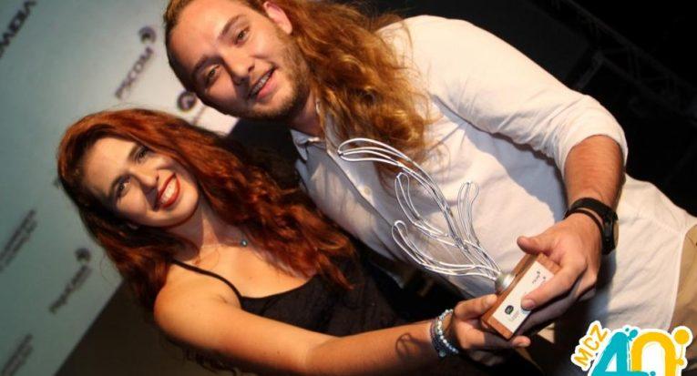 Lorenna Monteiro e Gabriel Fireman comemorando após o resultado do prêmio