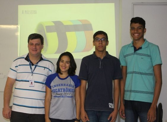 Professor Ricardo ao lado dos alunos responsáveis pela elaboração do projeto
