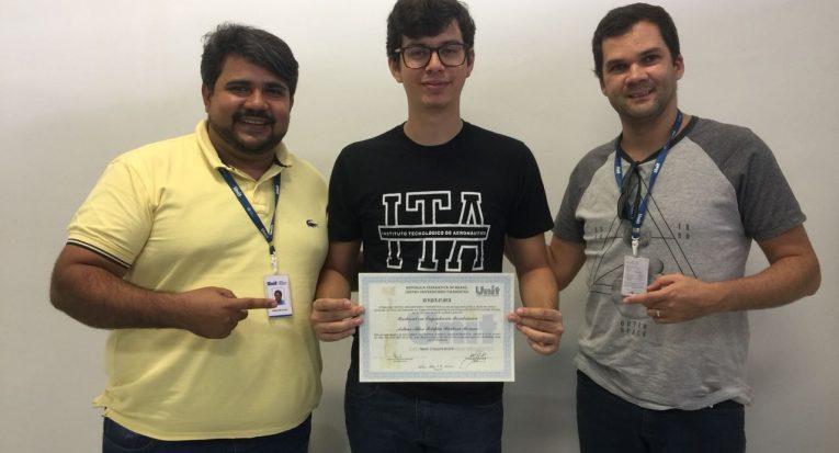O professor Agnaldo Cardozo, o aluno Arthur Moreno e o professor Isaac Nunes