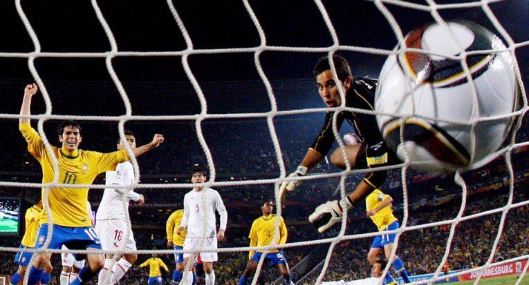 Kaká observa a bola entrar no primeiro gol do Brasil. Estádio Ellis Park, Johannesburgo. 28//06/2010. Foto: Jonne Roriz/AE
