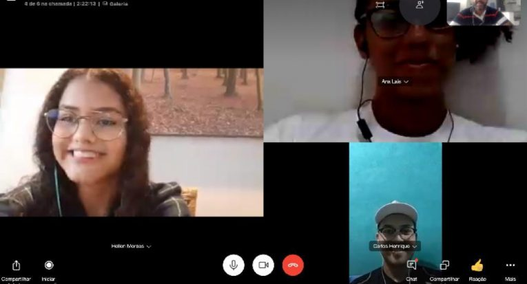 Alunos de idiomas assistem aulas ao vivo