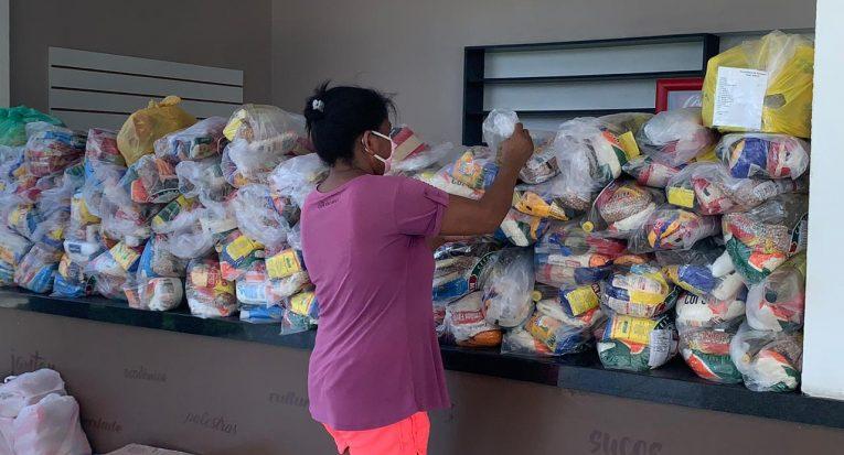 Moradores das comunidades recebem cestas básicas