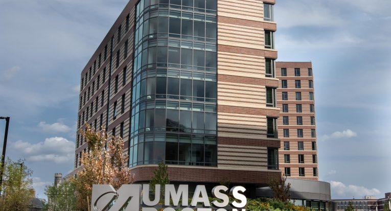 Fachada da University of Massachusetts Boston (UMass Boston), em Boston (EUA), parceira do Grupo Tiradentes