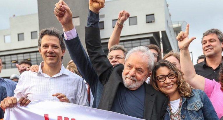 O ex-presidente Lula festeja ao ser liberado da sede da Polícia Federal em Curitiba, em 2019  Ricardo Stuckert/Instituto Lula