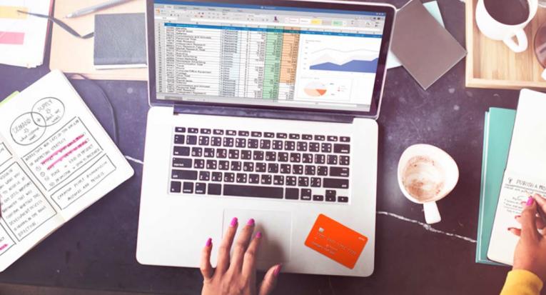 Anotar receitas e despesas mensais é um primeiro passo para planejar as contas