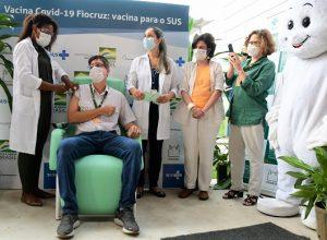 """Início da aplicação da vacina AstraZeneca/Oxford no Brasil: tempo de """"janela imunológica"""" é variável"""