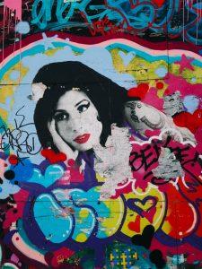 A cantora Amy Winehouse tinha 27 anos e morreu em julho de 2011, em Londres