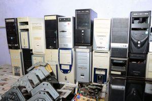 Carcaças de computadores acumulados em depósito: obsolescência pode ser técnica, mas também psicológica