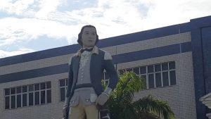 Tiradentes é o nome do colégio que deu origem ao Grupo, em Aracaju, e Ulpiano é o autor da frase adotada como lema pela companhia