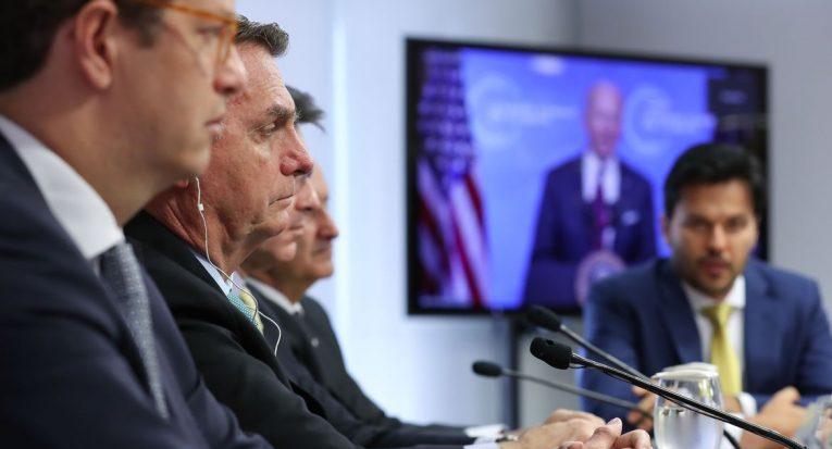 Os presidentes Jair Bolsonaro (de fone) e Joe Biden (na tela ao fundo) participam da Cúpula do Clima: agenda ambiental em discussão (Marcos Corrêa/PR/Agência Brasil)
