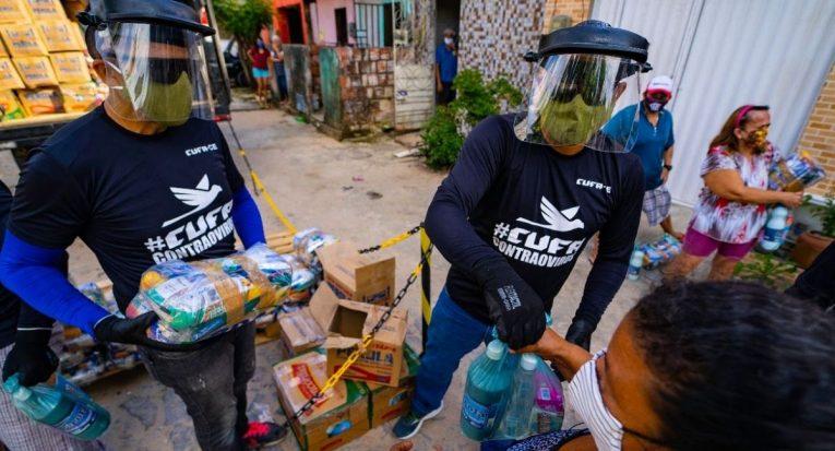 Sem renda para comprar alimentos, muitas famílias pobres acabam recorrendo a doações de cestas básicas (Divulgação/Cufa)