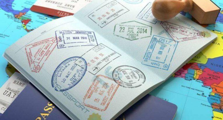 Tirar o passaporte, conseguir os vistos e firmar procuração para uma pessoa no Brasil são algumas providências necessárias ao intercambista