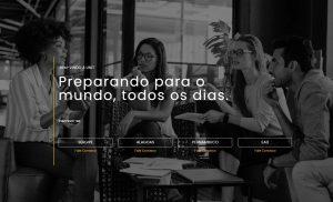 Imagem em preto e branco de capa do site Unit.br mostrando quatro pessoas sentadas conversando